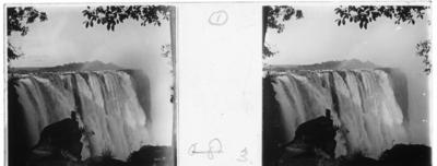 'Vy med vattenfallet Victoriafallen. :: Enligt text till fotot: ''Victoria falls.'' (Victoriafallen) ::  :: Ingår i en serie med fotonr. 5239:1-18. Se även fotonr. 5237:1-16, 5238:1-18 och 5240:1-17,  5241:1-18.'