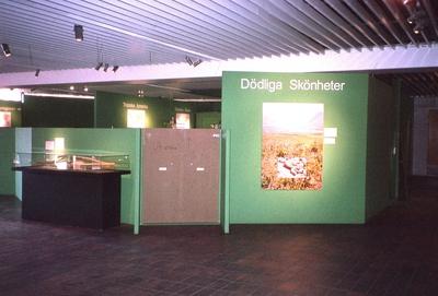 'Utställningen ''Dödliga skönheter'', giftiga ormar, på Göteborgs Naturhistoriska museum, Utställningen pågick 8 maj till 5 december 2005. :: Utställningsskärmar. ::  :: Ingår i serie med fotonr. 6946:1-27.'