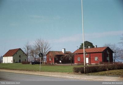 Kroatorpet vid Grännavägen i Huskvarna. Det uppfördes vid mitten på 1700-talet på Rosendala gård. Byggnaden flyttades till nuvarande plats 1951. Den intilliggande byggnaden Brånerydsstugan uppfördes troligen under 1770-talet i Bråneryd och placerades på befintlig plats år 1970. Byggnaderna är uthyrda för restaurang- och caféverksamhet. Till vänster syns Kruthuset, som byggdes för Husqvarna krutbruk 1771, numera Huskvarna stadsmuseum.