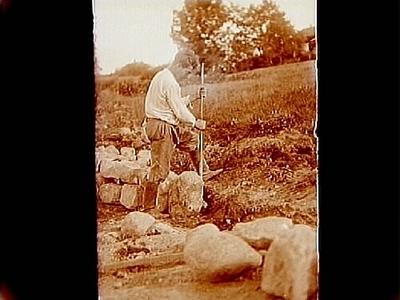 En man som hotar upp sten med spett. Engström