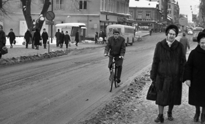 b66379708218 Dragos cyklar 28 januari 1966 En man cyklar klädd i rock och byxor genom  centrala Örebro