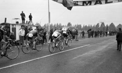 251da8d3db58 Cykel, 6 juni 1966 Ett antal cyklister cyklar in i mål under en tävling.