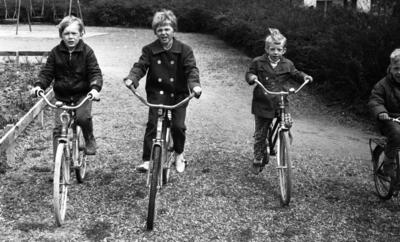 36f64218fd08 Cyklar farliga, 28 maj 1966 Fyra småpojkar klädda i jackor, byxor och skor  cyklar