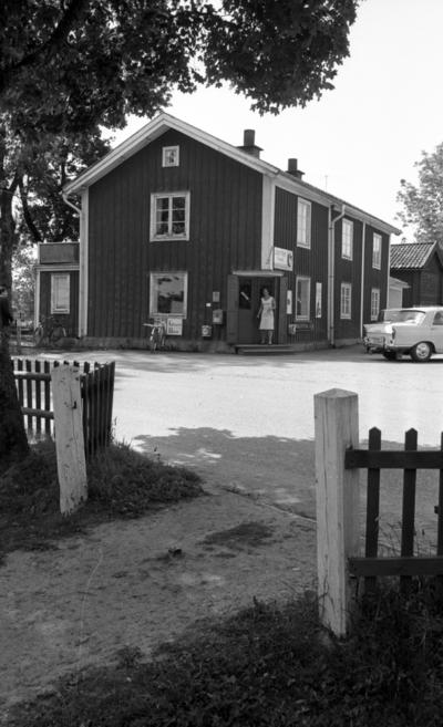 15955d4f4c07 Lekhyttan 21 juni 1966 En kvinna i kort, ärmlös sommarklänning står på  entr´trappan
