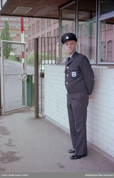 Vid ingången till Husqvarna AB i Huskvarna står portvakten Ivan Ryberg.