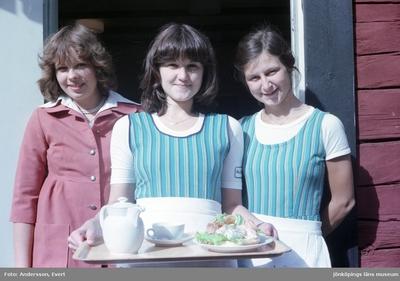 Personal utanför Kroatorpet i Huskvarna håller en bricka med kaffe och räksmörgås klar att servera. Till vänster står Karin Elfver.
