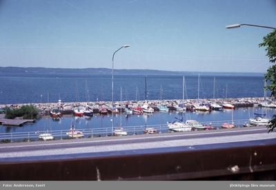 Från Kroatorpet vid Grännavägen i Huskvarna har man utsikt över Vättern och småbåtshamnen.