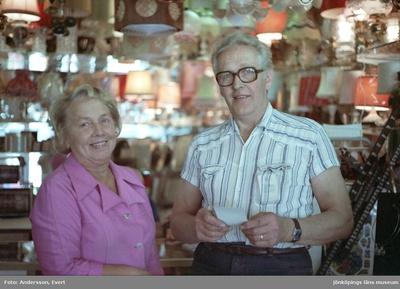 Harry och Margareta Andersson i sitt Glasmästeri på Erik Dahlbergsgatan i Huskvarna.