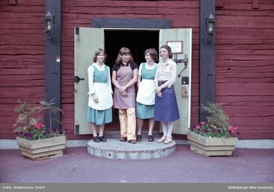 Personal på Kroatorpet i Huskvarna. Skylten på dörren visar öppettiderna och att det är bordsbeställning.