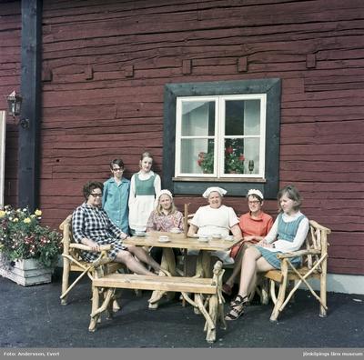 Personal på Kroatorpet i Huskvarna tar en kafferast. Från vänster: Gun Annborn, föreståndare (1), Ingeborg Gustavsson, bagerska (5), Vega Karlsson, kassörska (6) och Ann-Marie Fält (7).
