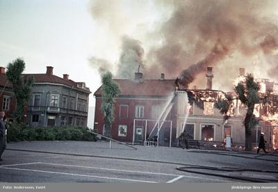 Branden vid Östra torget i Jönköping. Bilden tagen mot väster med Slottsgatan och branden på Målargatan.