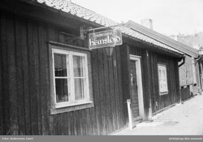 Huskvarna Hemslöjd har sin verksam i Smedbyn i Huskvarna.