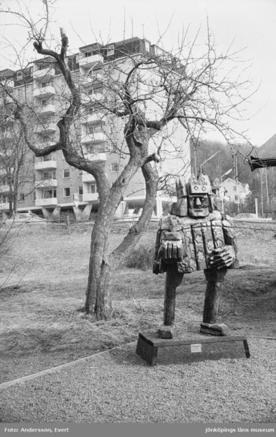 Calle Olof Sigvard Örnemark, född 19 december 1933 i Jönköping, död 3 augusti 2015 i Gränna, var skulptör och målare. Vid Smedbyn i Huskvarna står en av hans träskulpturer där han under 1970-talet var verksam. I bakgrunden syns höghuset Åbäket.
