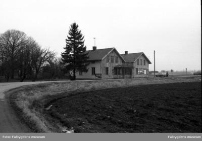 Bostadsdel och lanthandel sett från väster, väg 183.