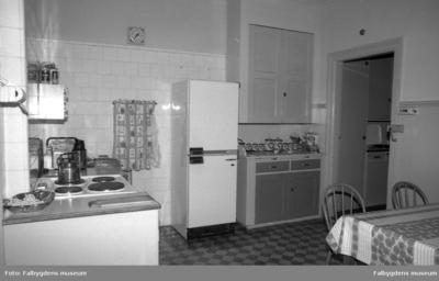 Lägenheten, 2:a våningen, interiör.  Köket, syd-östra delen, till h. dörr mot serveringsgång.  Bostaden har tillhört familjen Brandt.