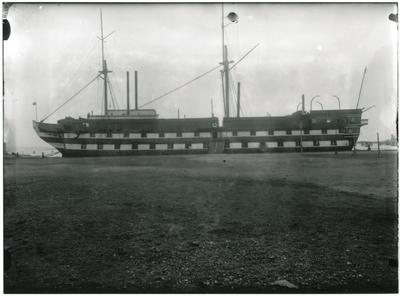 Serien innehåller 14 bilder som visar linjeskepp Stockholm nedriggad efter ombyggnad till logementsfartyg. Fartyget visas från olika håll. Def finns detaljbilder från bog med galjonsfiguren, akter och på däcket.  Fartyget ligger förtöjt utanför yttre örlogshamn, Karlskrona. Galjonsbild och akterspegelornament är intakta. 1-7 Exteriört detaljer för och akter 8-14 Exteriört däcksbilder