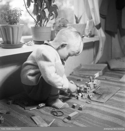 Tom Andersson i sitt hem på Odengatan 22 i Huskvarna. Han leker med klossar och mecano av trä.