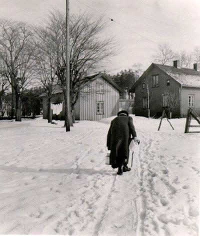 Ållebergsvägen 5. Foto från baksidan, alltså från Gamla kyrkogården. Huset bakom stolpen är nu borta.