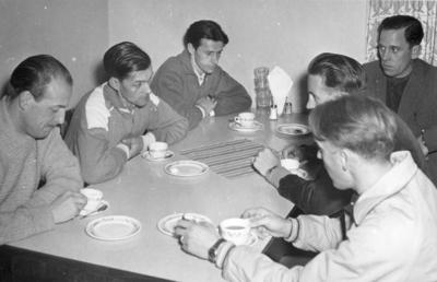 Bosön. Riksidrottsförbundet, idrottsfolkhögskola . Andra mannen från vänster Gustav Nordin, Sandviken bredvid sitter hans bror Åke Nordin, Gävle. Bilden ingår i ett fotoalbum