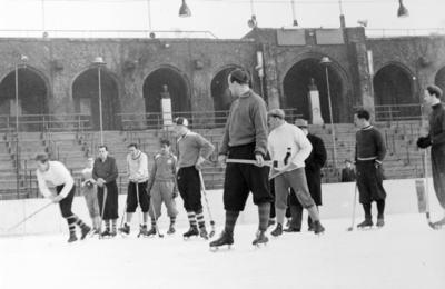 Stockholm Stadion, Bandyspelare. Längst till höger Åke Nordin, Gävle. Bilden ingår i ett fotoalbum