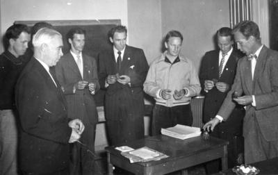 Information om ett litet troll. Fjärde man från vänster Åke Nordin. Bilden ingår i ett fotoalbum.