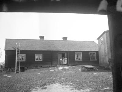 Stugorna vid Hemlingby. År 1906. Ove Strands farmor och farfar.(Föreningslokalen).