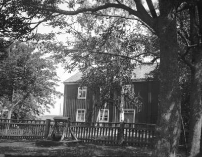 Stugorna vid Hemlingby. År 1906. F.d. gamla läroverket.