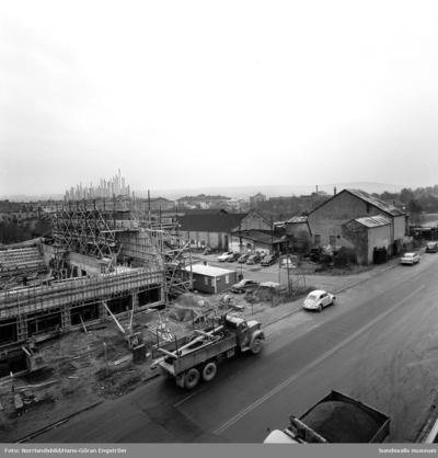Sporthallsbygget pågår och västerut finns den gamla industribebyggelsen kvar. I en av de slitna gamla byggnaderna som är ombyggd till ridhus håller ännu Sundsvalls ridklubb till.