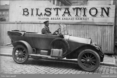 Tre fotografier föreställande droskägaren Rickard Eriksson med droska. Rickard drev egen droskverksamhet samt arbetade som privatchaufför åt AB Laurents. Rickard och hans fru Theresia fick tre barn varav den kände backhopparen och tillika slalomåkaren Sven Selånger (f. 1907 d. 1992) var en av dem. Familjen var mellan 1931 till 1951 (ungefärlig datering) bosatt i fastigheten Katrinehill.