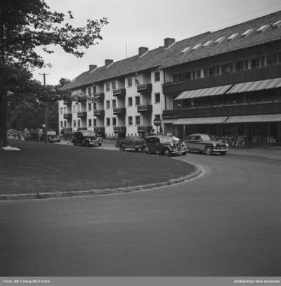 Bilar kör på Stationsgatan utanför Industrihotellet i Huskvarna.