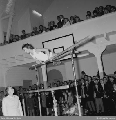 Gymnastikuppvisning i idrotthuset i Huskvarna. Ledaren är gymnastikdirektör  KarinCaj Delden.