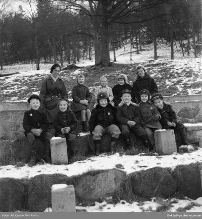 Barnträdgårdsverksamhet i Huskvarna Stadspark Kransaträdgården utflykt med fröken Linder år 1957.