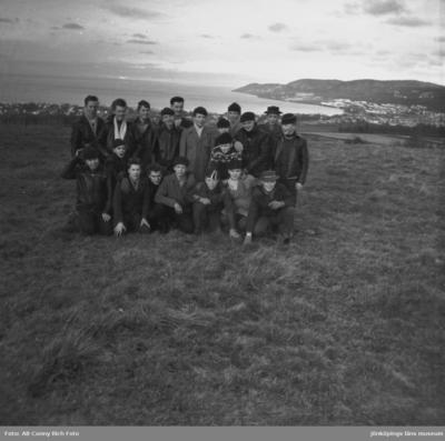 Avgångsklasser vid Södra skolan i Huskvarna med folkskolelärare Stig Jonsson året är 1957.