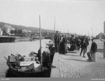 Segelekor i Selångersån med fisk till försäljning. I bakgrunden gångbron som antingen