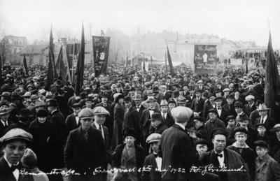 Första maj-demonstration på hamnplanen i Sundsvall. På plakatet mitt i bild står