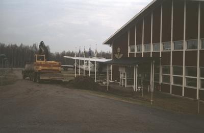 Markarbete vid Flygvapenmuseums entré under utbyggnaden Etapp 2, våren 1988. Exteriör.