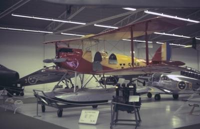 Interiör av Flygvapenmuseum, våren 1988. Flygplan SK 9 med flera flygplan.
