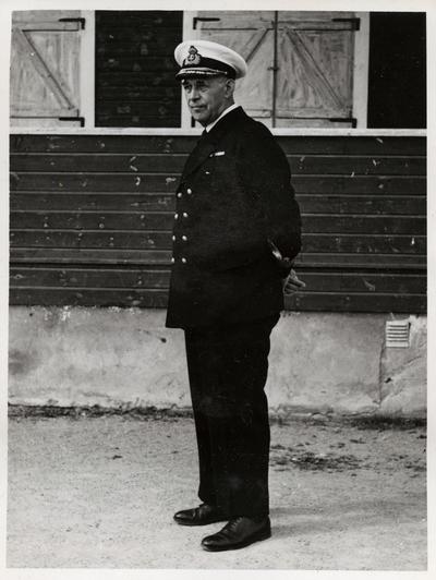 Portrett av viceamiral Fabian Tamm framför en husfasad.