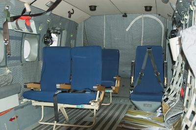 Mats Lindemalm, Erling Klintefors och Manne Dunge från Marinmuseum besöker helikopterdivisionen i Ronneby med anledning av att SH-89 läggs ner. Interiör av flygplan Y891.