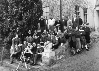 Bosön Idrottshögskola. Männen bakom björnstatyn är bröderna Gustav och Åke Nordin