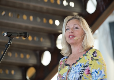 Bok och Hav: En internationell litteraturfestival 12 - 14 maj 2017 invigdes i galjonhallen på Marinmuseum i Karlskrona. Medverkande är författare, poeter, översättare m fl. Konferencier Görel Crona.