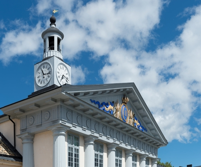 Fotodokumentation på Marinbasen i Karlskrona. Modellsalsyggnaden uppfördes 1784 på Kansligatan, efter ritningar av Fredrik Henrik af Chapman. I fronten på byggnadens södra sida finns en oval sköld med Gustav III:s monogram.
