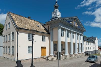 Fotodokumentation på Marinbasen i Karlskrona. Modellsalsbyggnaden, Kansligatan, uppfördes 1784 efter ritningar av Fredrik Henrik af Chapman. I fronten på byggnadens södra sida finns en oval sköld med Gustav III:s monogram.
