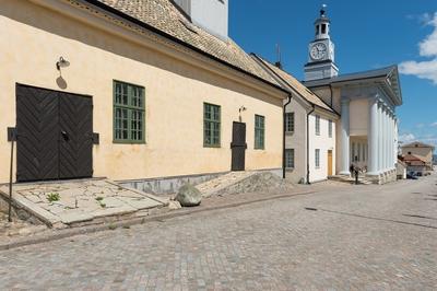Fotodokumentation på Marinbassen i Karlskrona. Förrådshuset, Kansligatan, väster om modellsalsbyggnaden, byggdes i början av 1780-talet. Till portarna leder stensatta ramper. I östra delen av byggnaden finns en lanternin.
