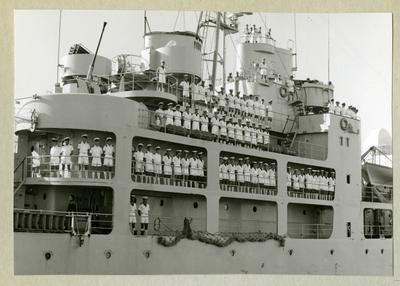 Bilden föreställer besättningen ombord på minfartyget Älvsnabben uppradade i sommaruniform längs fartygets ena sida under långresan 1966-1967.