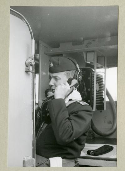 Bilden föreställer en uniformsklädd besättnignsman ombord på minfartyget Älvsnabben under långresan 1966-1967.