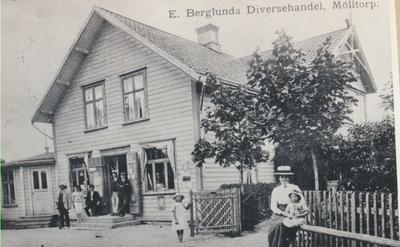 Karlsborg i början av 1900-talet.E. Berglunds diversehandel Mölltorp.