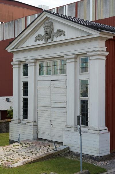 Fotodokumentation av Marinbasens byggnader. Bildhuggareverkstaden. Byggd 1782. Här arbetade amiralitetsbildhuggaren Johan Törnström med linjeskeppens galjonsbilder och sniderier.  Flyttad till sin nuvarande plats, söder om Kansligatan.