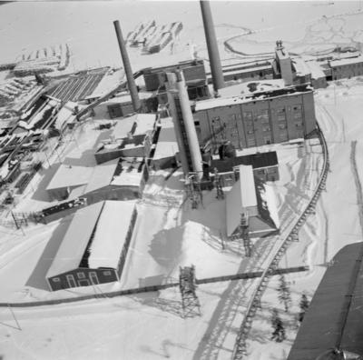 Flygfotografi av pappersmassefabriken i Veitsiluoto. Bild från F 19, Svenska frivilligkåren i Finland.