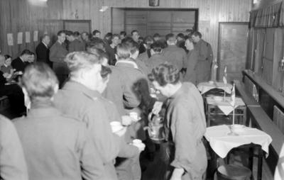 Militärer i kö för fika i matsalen vid F 19, Svenska frivilligkåren i Finland. Vid teaterföreställning.